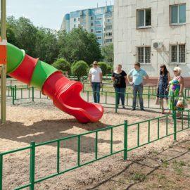 Работы по установке детской площадки на Брестской, 24 закончены